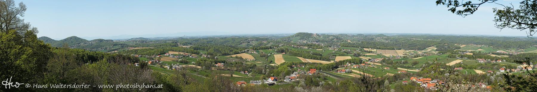 Panoramablick auf das Vulkanland um Kapfenstein: links die Gleichenberger Kogel, halblinks im Hintergrund die Riegersburg, Bildmitte Kapfenstein
