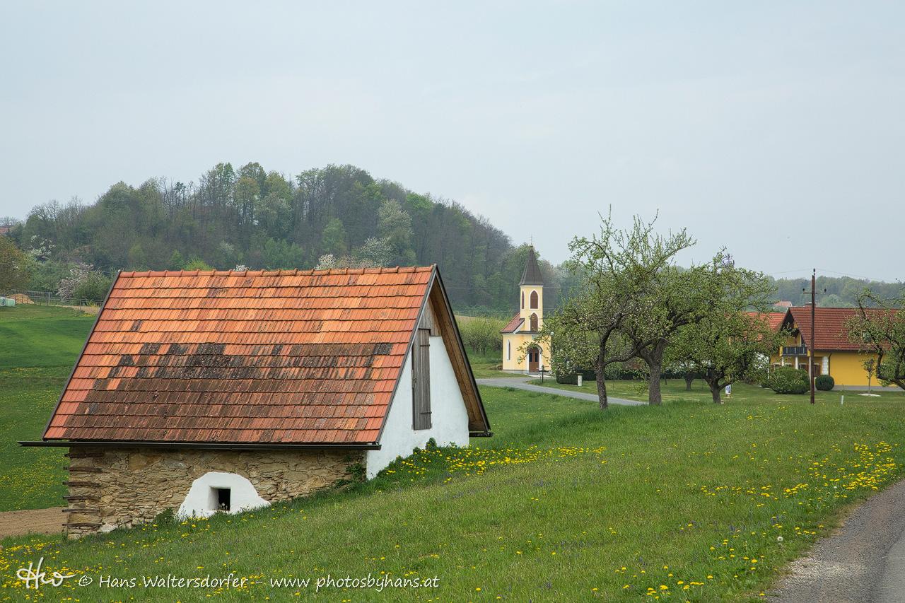 Pichla: Marxkapelle (Hintergrund) und Keller des vulgo Schusterlipp. Auch in dieser Gegend lebte eine Generation Waltersdorfer.