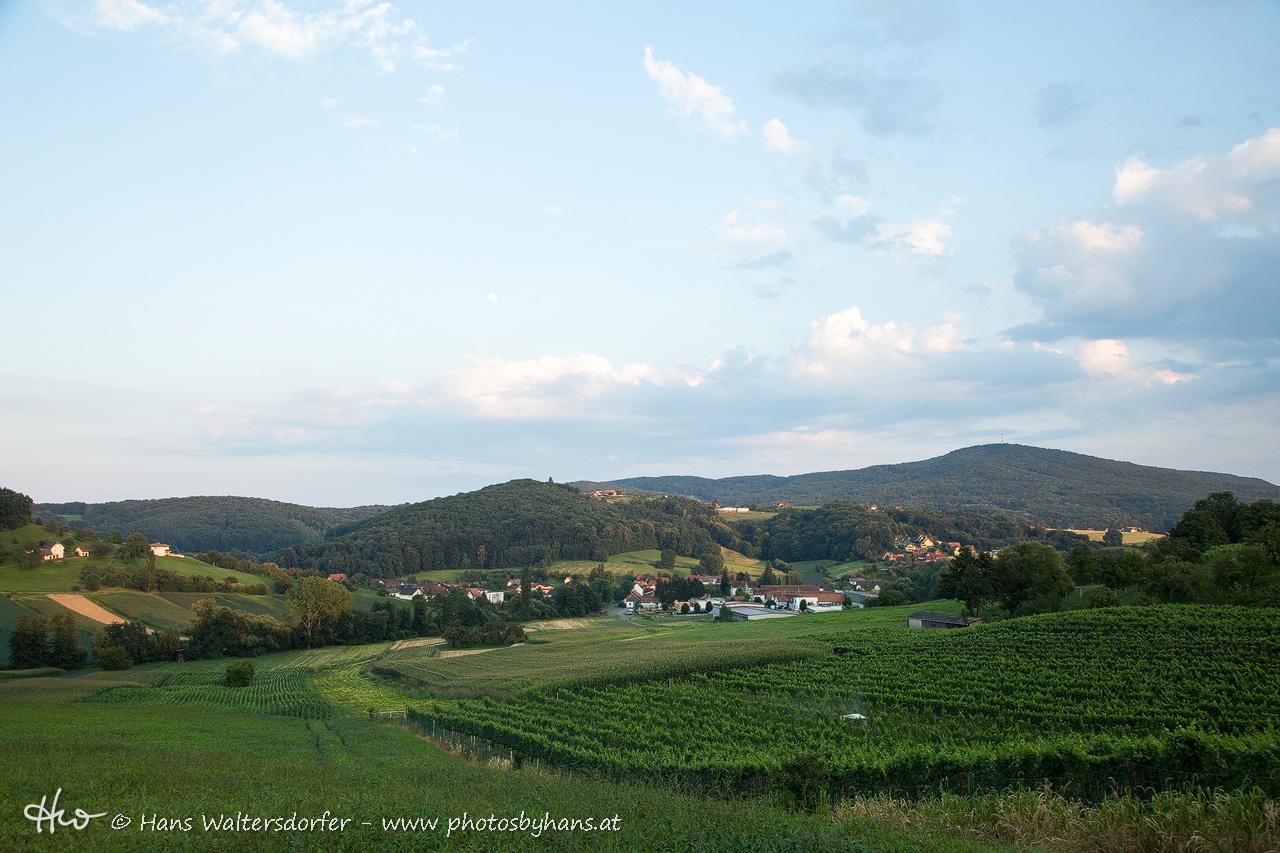 Blick von Sulzberg auf Bairisch Kölldorf - im Hintergrund der Stradner Kogel
