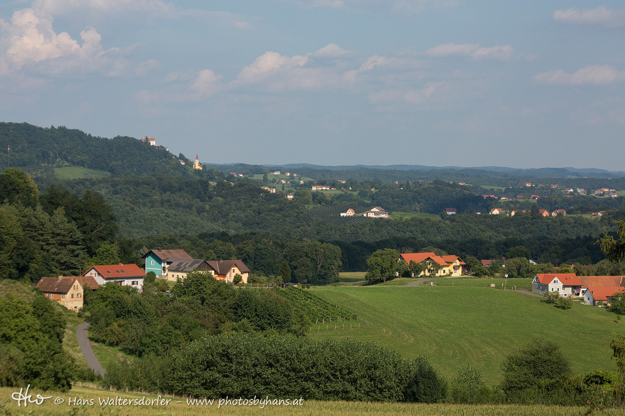 Blick über Pichla nach Kapfenstein - im Hintergrund, Bildmitte, das Anwesen vulgo Hauerhiesel, wo Josef und Maria Waltersdorfer lebten, bevor sie auf den Einödhof auf dem Galgegg übersiedelten