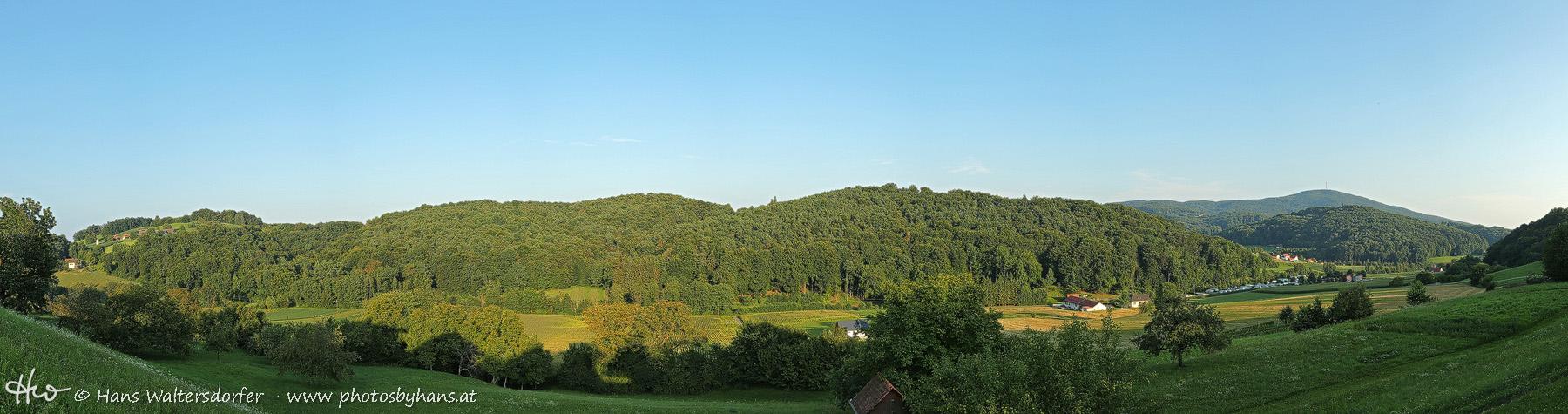 Horizont meiner Kindheit: Blick von der Kohleiten über den Tannichgraben, rechts hinten der Stradner Kogel. Nur den Campingplatz gab es in meiner Kindheit noch nicht.